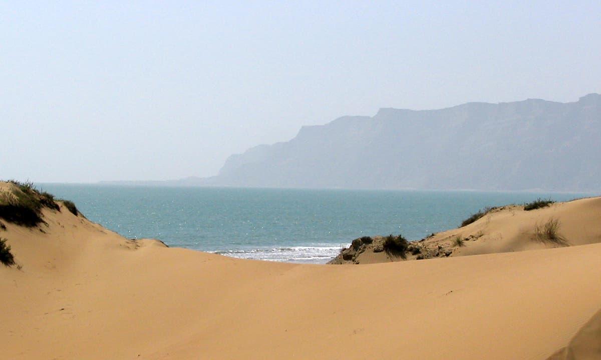 کُنڈ ملیر کا ساحل پاکستان کے خوبصورت ترین ساحلوں میں سے ہے۔— فوٹو عبیداللہ کیہر