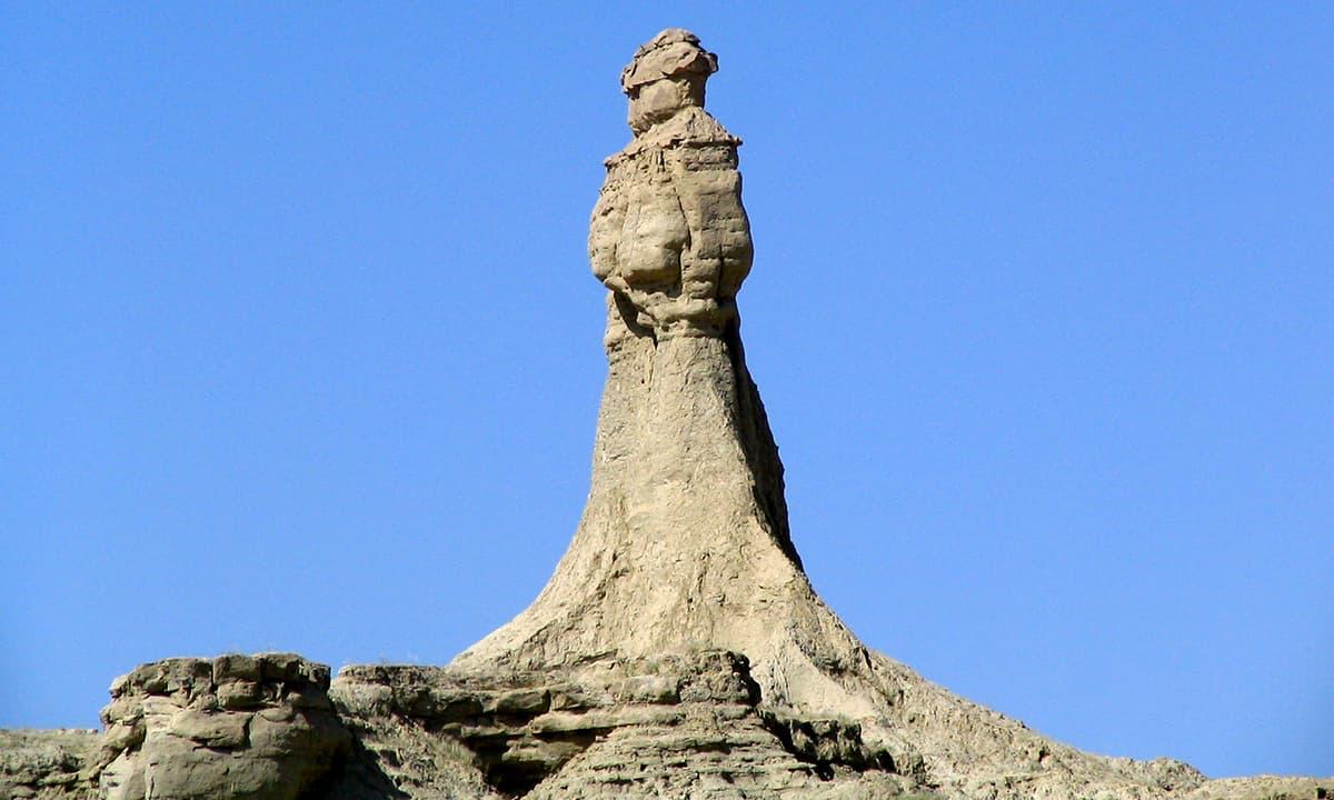بوزی پاس پر ہوا نے پہاڑ کو تراش کر ایک مجسمہ تیار کردیا ہے جسے انجلینا جولی نے پرنسس آف ہوپ کا نام دیا۔— فوٹو عبیداللہ کیہر
