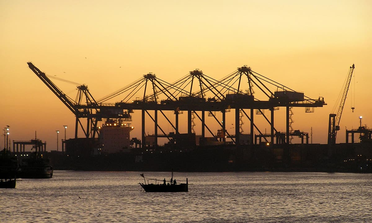 کراچی کی بندرگاہ پر غروبِ آفتاب کا منظر۔— فوٹو عبیداللہ کیہر