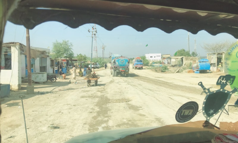 Running late on their second trip of the day to Saakran, Bilal turns left from the Mai Gaadi Police Station to catch up to his fellow tanker drivers | Photo by Abdul Qayoom