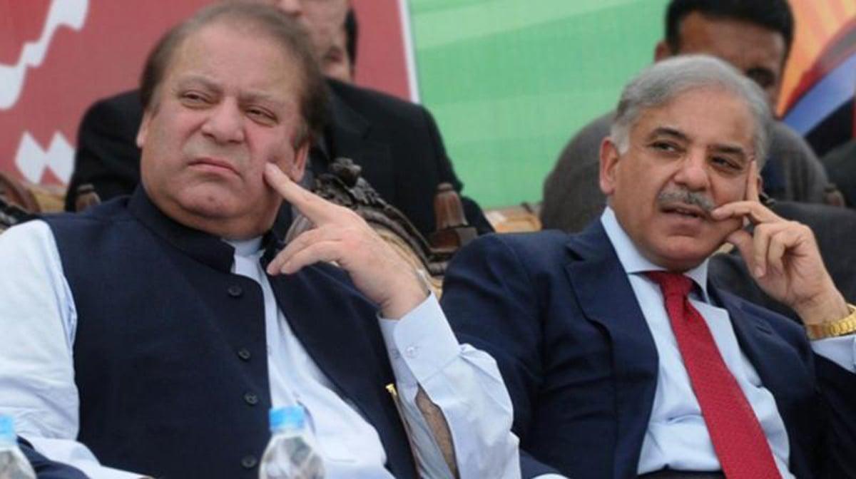 پنجاب کے وزیرِ اعلیٰ شہباز شریف (دائیں) اپنے بھائی اور سابق وزیرِ اعظم نواز شریف کے ہمراہ—اے ایف پی