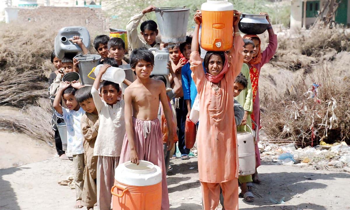 بچے پانی بھرنے کے لیے خالی برتن لے جا رہے ہیں— شٹر اسٹاک