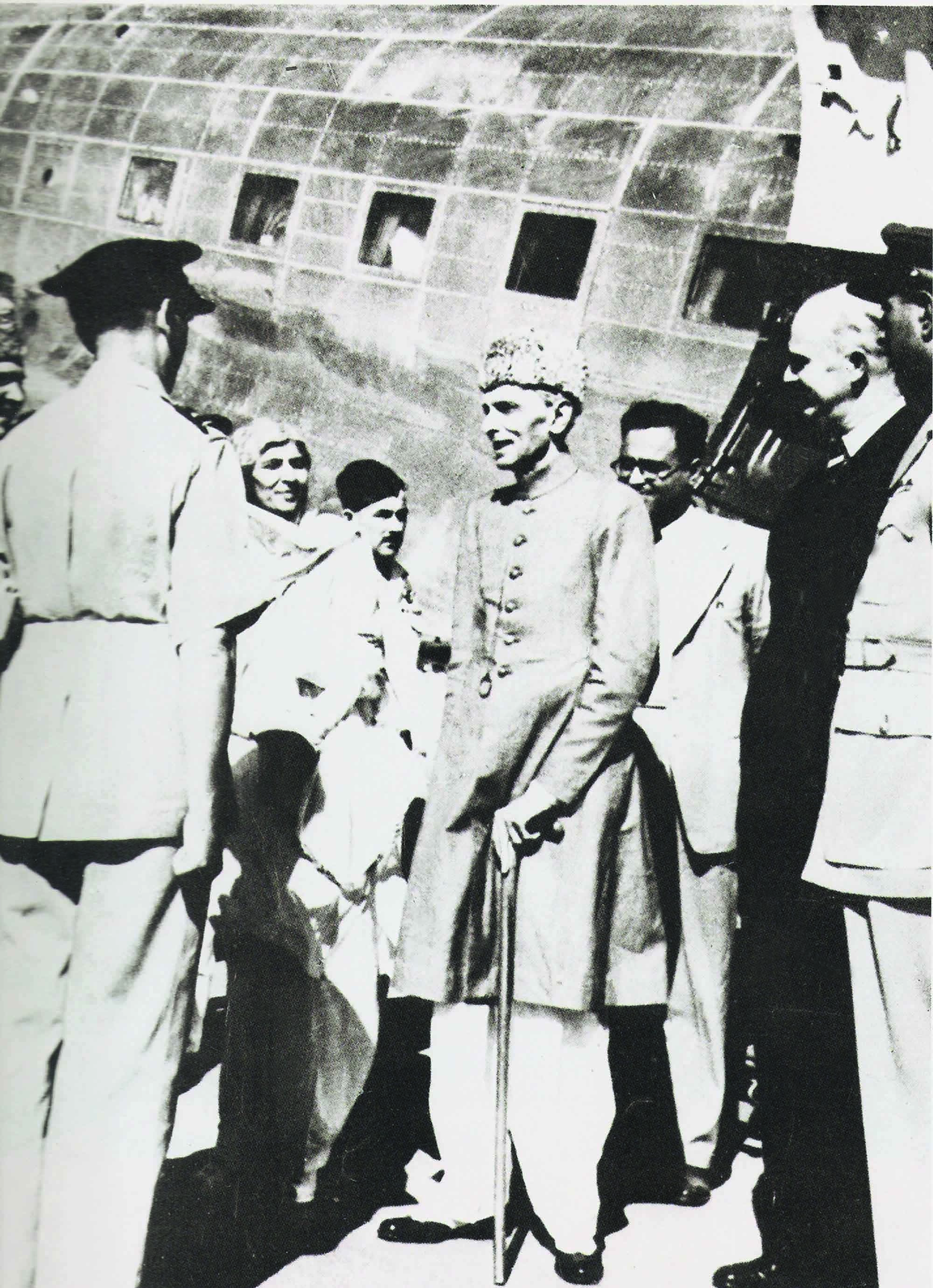Quaid-i-Azam Mohammad Ali Jinnah and Miss Fatima Jinnah (extreme left) arrive in Peshawar in 1948. | Photo: PID