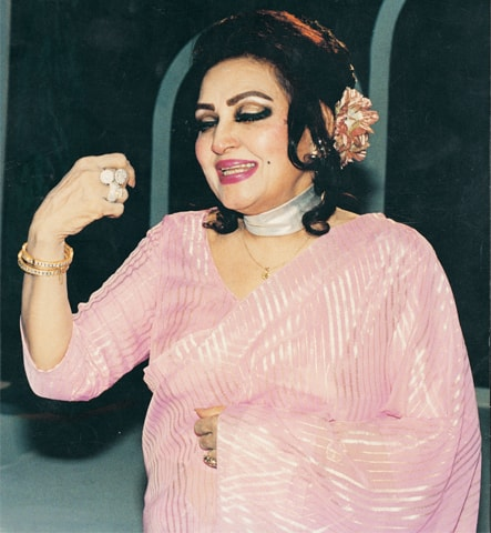 Madam Noor Jehan recording Ja Ja Ve Joothia for PTV's Tarannum in the '80s | Photo: White Star