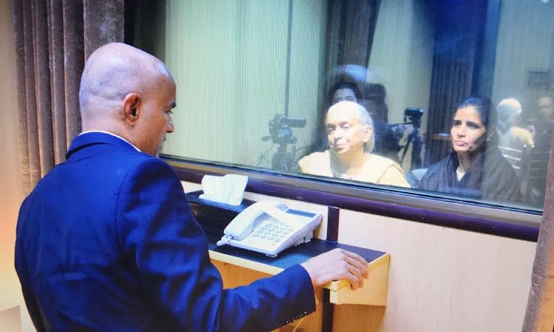 کلبھوشن یادیو کی اہلخانہ سے ملاقات — فوٹو: دفتر خارجہ
