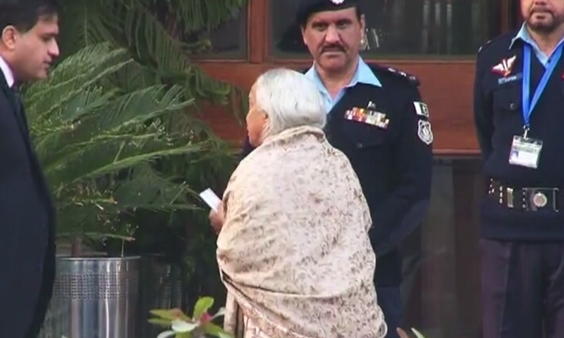Kulbhushan Jadhav's mother Avanti speaks to FO Spokesperson Dr Muhammad Faisal outside the Ministry of Foreign Affairs after the meeting with her son. ─ DawnNews