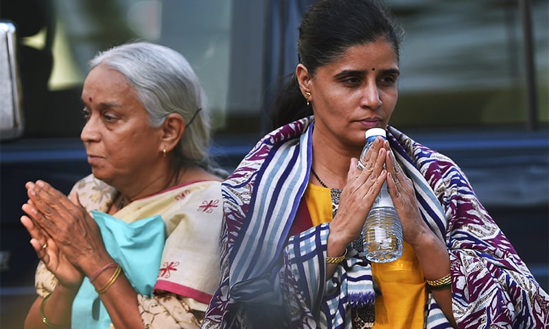 Indian spy Kulbhushan Jadhav's wife and mother greet mediapersons at the Foreign Office in Islamabad. ─ AP