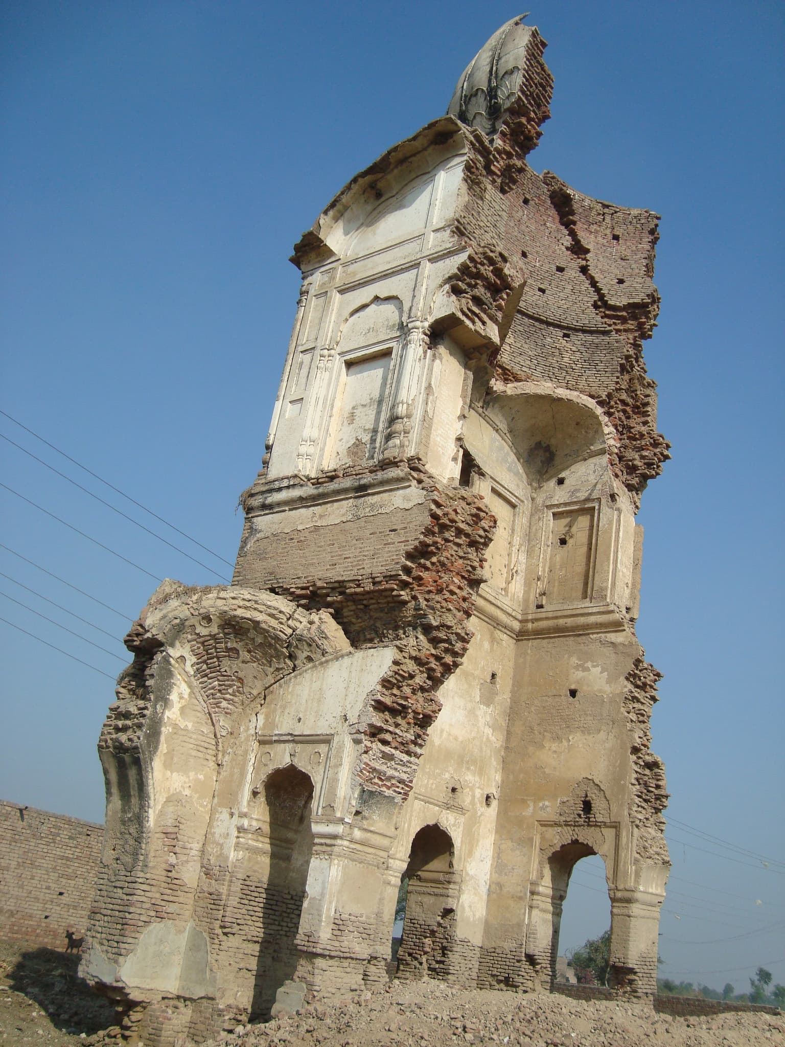 The shrine of Piro Piraman and Ghulab Das. They wanted to be buried together, like the legendary lovers Heer-Ranjha.