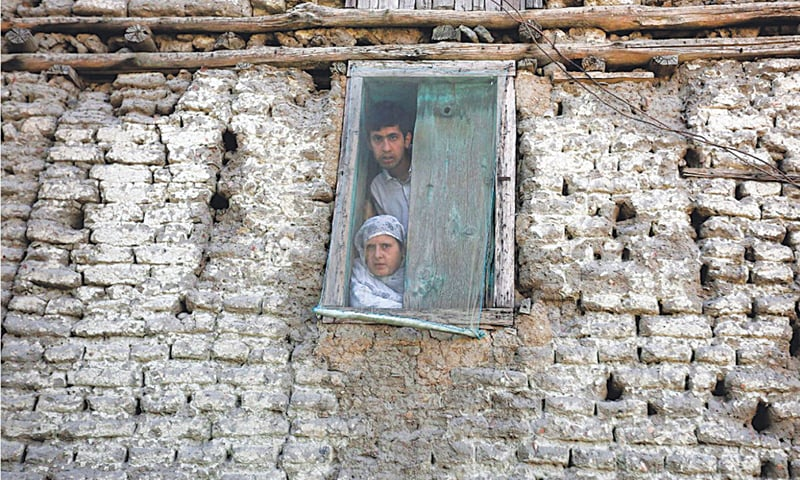 Kashmiris watch a protest from their home in 2016 | Danish Ismail / Reuters