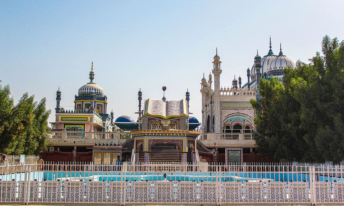 بھونگ مسجد، صادق آباد. — فوٹو تنزیل الزمان بابر