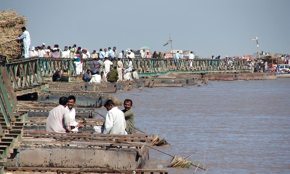دریائے سندھ پر چاچڑاں کے مقام پر بنایا گیا پل. — فوٹو عبیداللہ کیہر
