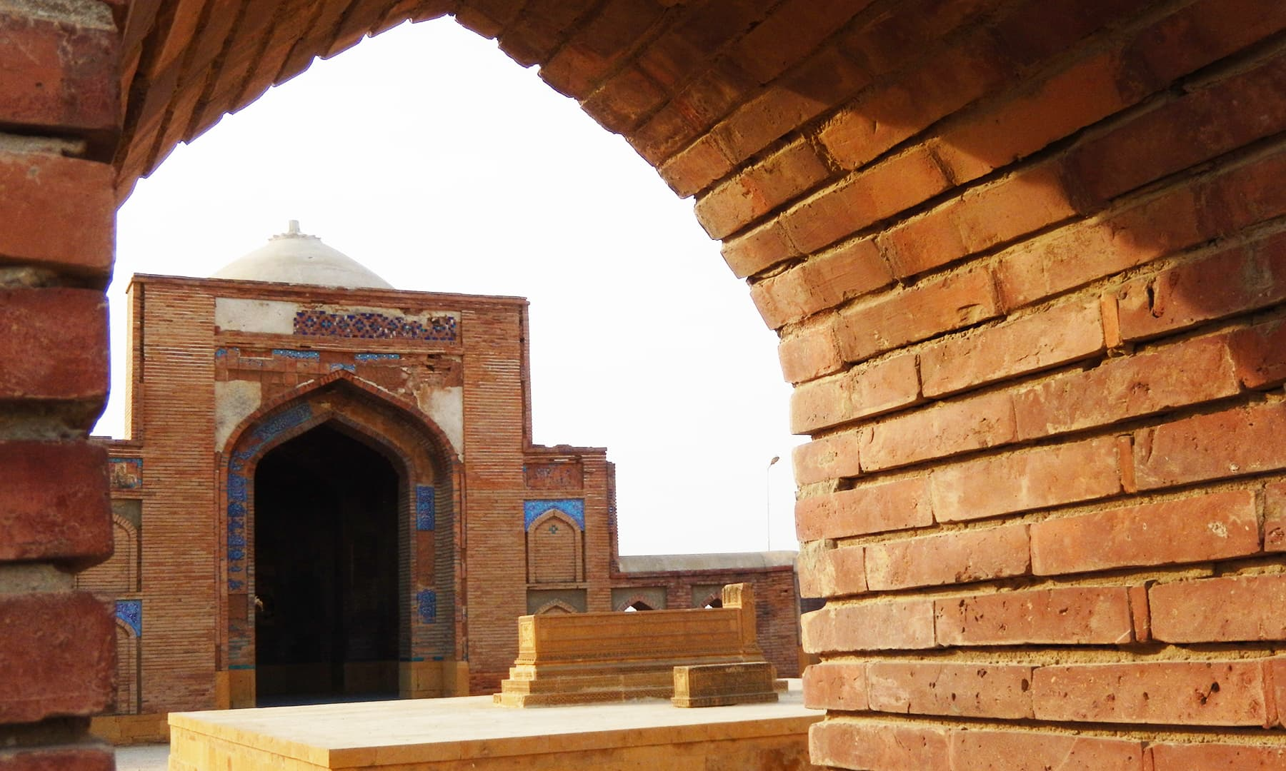 مرزا باقی بیگ کی آخری آرام گاہ —تصویر ابوبکر شیخ