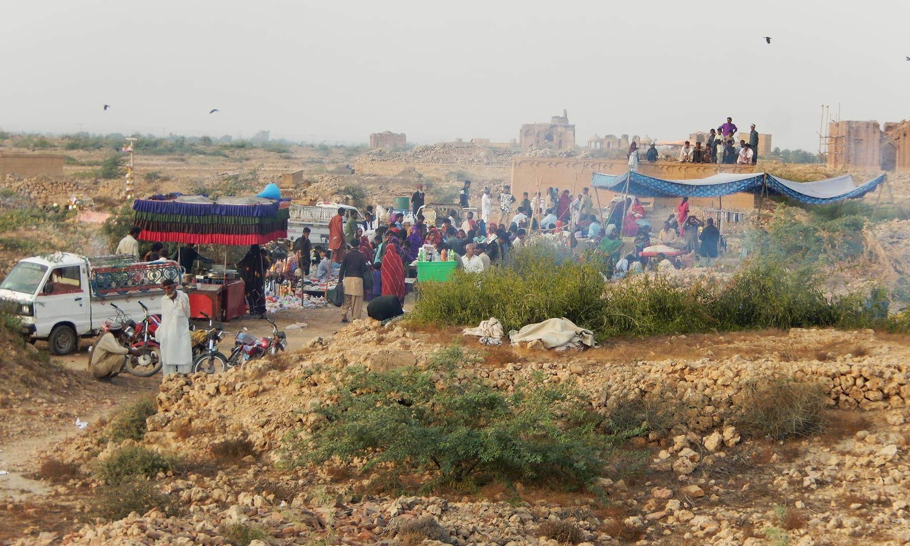 مَکلی قبرستان کی ایک درگاہ پر لگا میلہ —تصویر ابوبکر شیخ