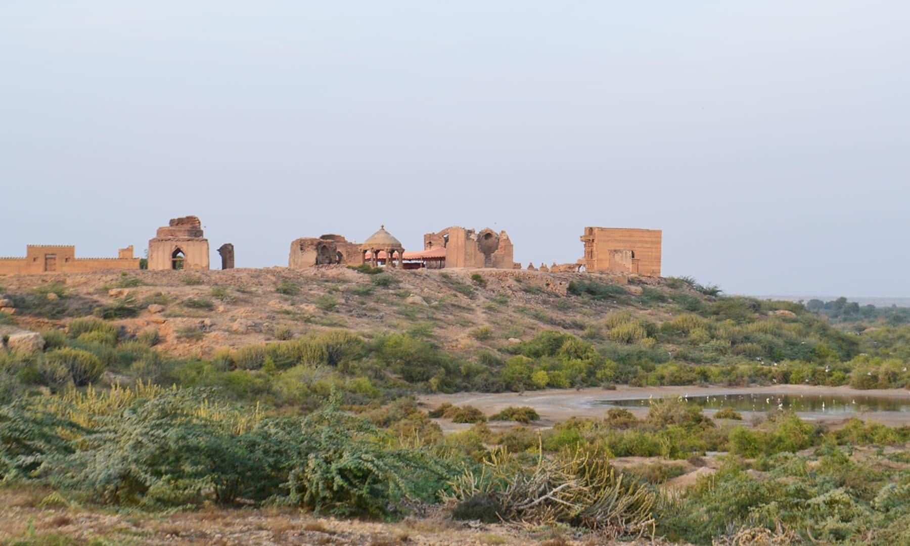 مَکلی کے آثار اور قدیم بہاؤ —تصویر ابوبکر شیخ