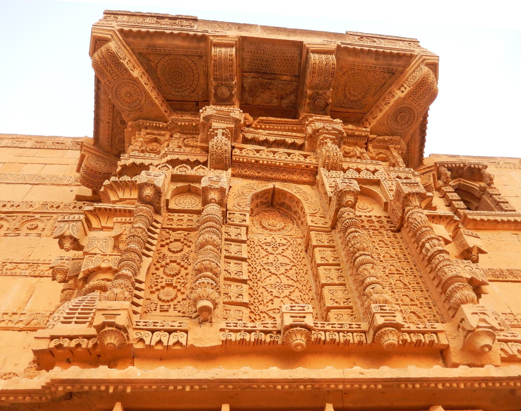 جام نندو کے مقبرے پر نظر آنے والی خوبصورت سنگ تراشی —تصویر ابوبکر شیخ