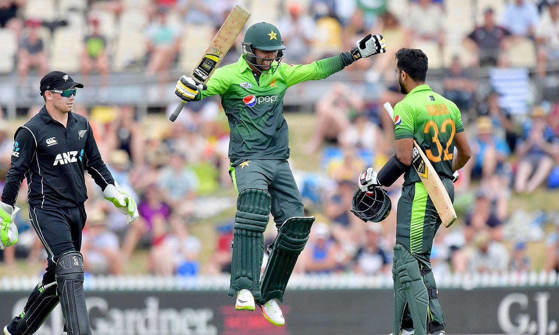 حسن علی کو نصف سنچری مکمل کرنے پر شاداب خان مبارکباد دے رہے ہیں— فوٹو: اے ایف پی