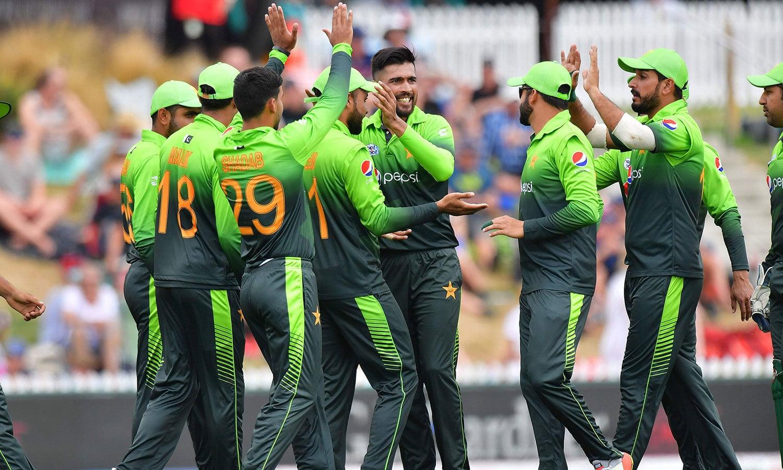 محمد عامر نے پہلے ہی اوور میں کولن منرو کو آؤٹ کر کے پاکستان کو اچھا آغاز فراہم کیا— فوٹو: اے ایف پی