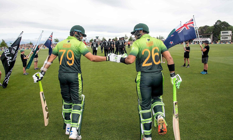 پاکستانی اوپنرز امام الحق اور اظہر علی میدان میں اتر رہے ہیں— فوٹو: اے ایف پی