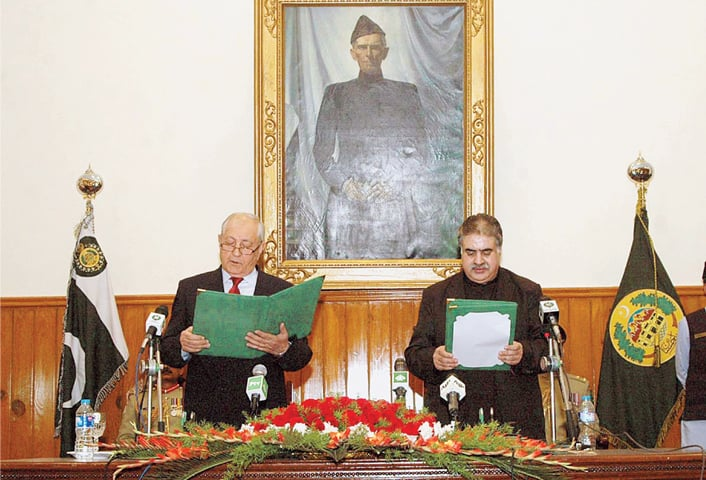 BALOCHISTAN's Governor Muhammad Khan Achakzai administers the oath of pro­vin­cial chief minister to Nawab Sanaullah Khan Zehri on Dec 24, 2015.—APP