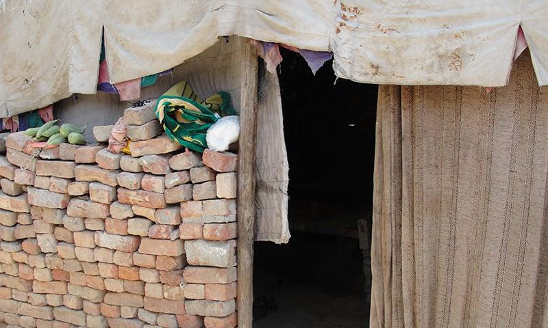 خیبرپختونخوا میں 2010ء میں آنے والے سیلاب میں کئی گھر منہدم ہو گئے—تصویر شبینہ فراز