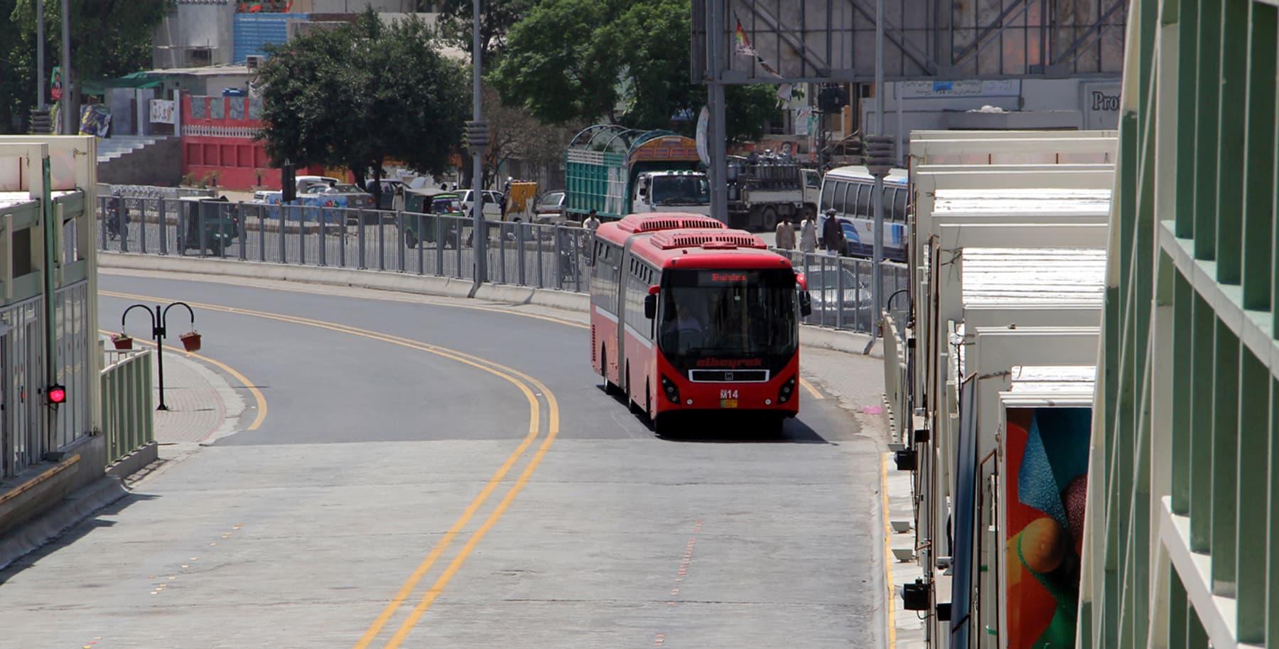 میٹرو بس لاہور—فوٹو عبیداللہ کیہر