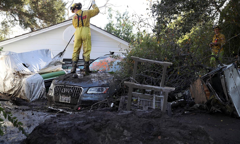 طوفانی بارشوں کے بعد مٹی کا تودہ گرنے سے 17 افراد ہلاک ہوئے — فوٹو: اے ایف پی