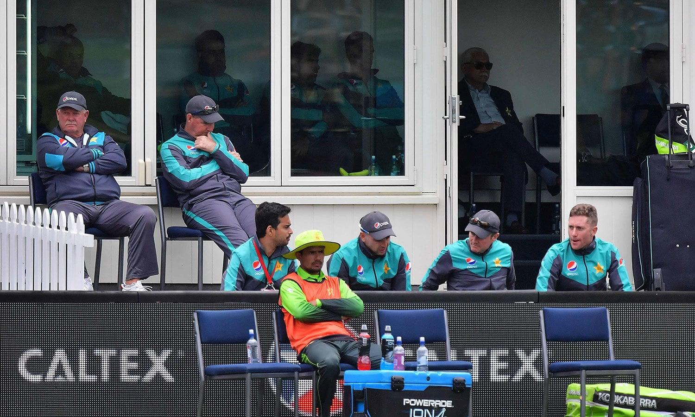 نیوزی لینڈ سے میچ میں شکست کے بعد پاکستانی پویلین میں مایوسی واضح طور پر دیکھی جا سکتی ہے— فوٹو: اے ایف پی