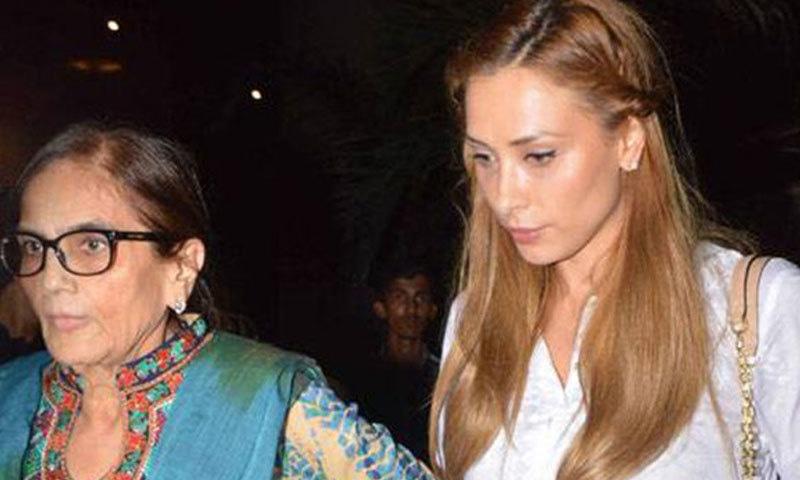 یولیہ وانتور، سلمان خان کی والدہ سلمیٰ خان کے ہمراہ—فوٹو: بولی وڈ لائف
