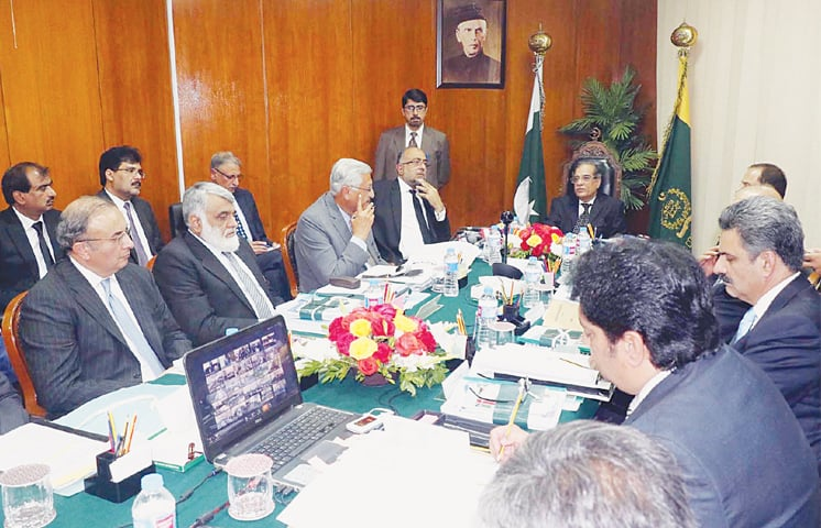 CHIEF Justice of Pakistan Saqib Nisar presides over the meeting at the Supreme Court Registry in Karachi on Saturday.—Online