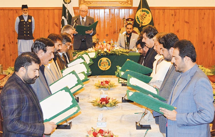 QUETTA: Balochistan Governor Muhammad Khan Achakzai administering the oath to the new cabinet at the Governor House on Saturday. Mir Abdul Quddus Bizenjo, who was earlier sworn in as chief minister, is also seen.—Online