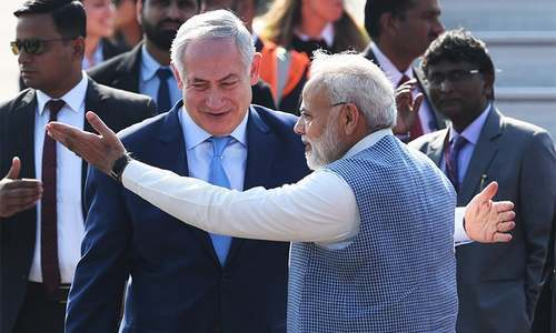 Indian Prime Minister Narendra Modi (R) welcomes Israeli Prime Minister  Benjamin Netanyahu on his arrival at the Air Force Station in New Delhi on January 14, 2018. ─ AFP