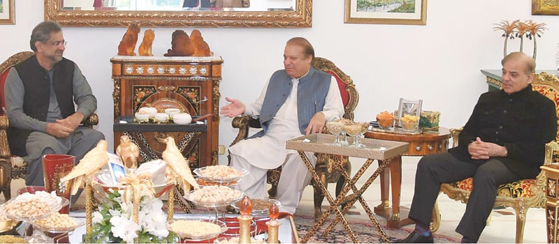 LAHORE: Prime Minister Shahid Khaqan Abbasi speaks to PML-N chief Nawaz Sharif and Punjab Chief Minister Shahbaz Sharif during a meeting on Monday. The recent change of government in Balochistan and the Pakistan Awami Tehreek-led protest slated for Jan 17 came under discussion.—Online