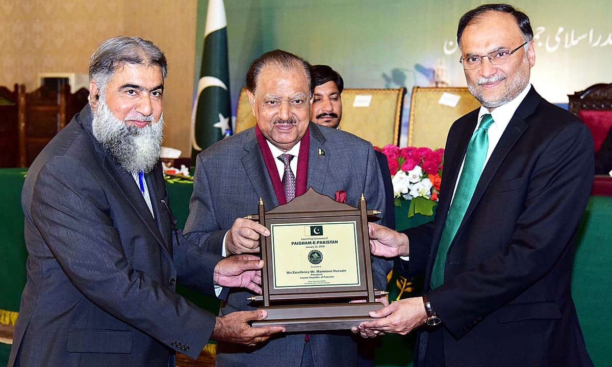 "President Mamnoon Hussain being presented a memento during the launching ceremony of ""Paigham-e-Pakistan"" at the Aiwan-e-Sadr. —APP"