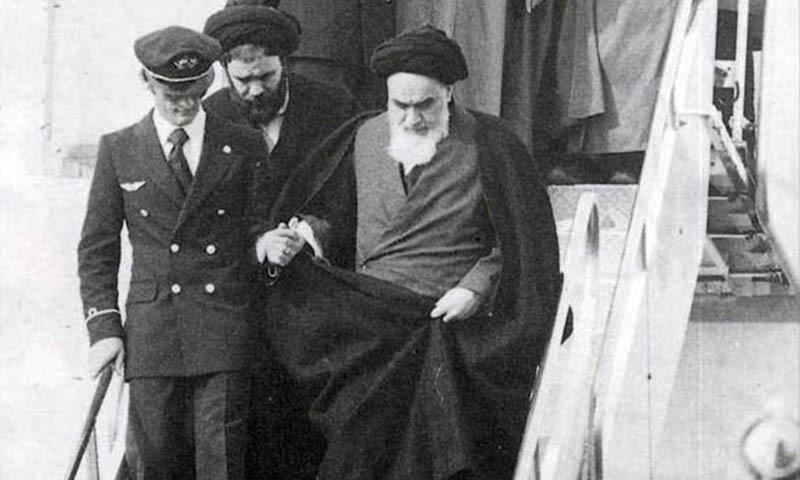 سید روح اللہ موسوی خمینی جلاوطنی ختم کرکے ایران پہنچے۔