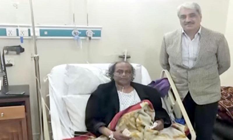 پنجاب کے وزیر صحت نے ان کی عیادت کی—فوٹو: فیس بک