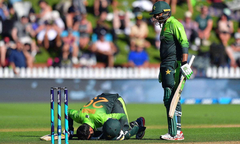 نصف سنچری کی تکمیل پر شاداب خان سجدہ شکر ادا کر رہے ہیں— فوٹو: اے ایف پی
