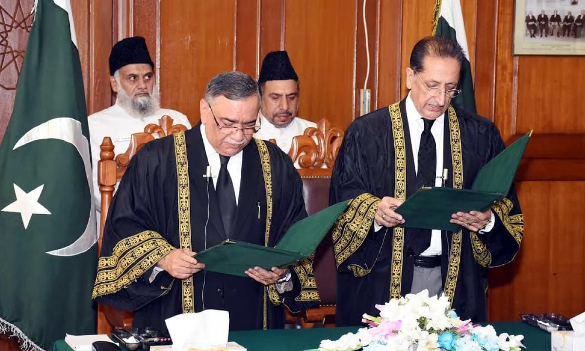 Justice Asif Saeed Khosa (left) takes oath as acting Chief Justice of Pakistan at the Supreme Court in Islamabad on June 5, 2017 | PID