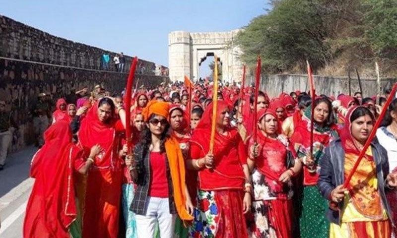 راجپوت کرنی سینا کی خواتین نے اتوار کو چتاونی ریلی نکالی—فوٹو: انڈیا ٹائمز