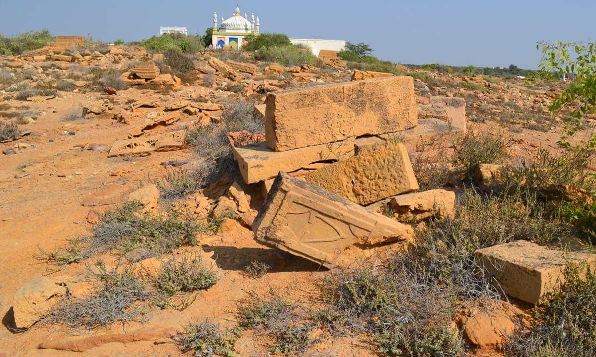 قبرستان درگاہ کے ساتھ ہی واقع ہے— فوٹو ابوبکر شیخ