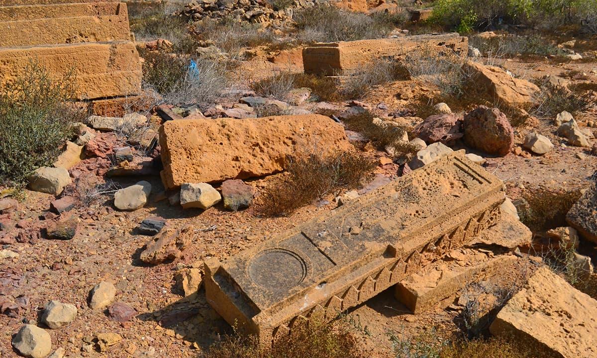 قدیم قبرستان، جس کی قبریں اب خستہ حالی کا شکار ہیں— فوٹو ابوبکر شیخ