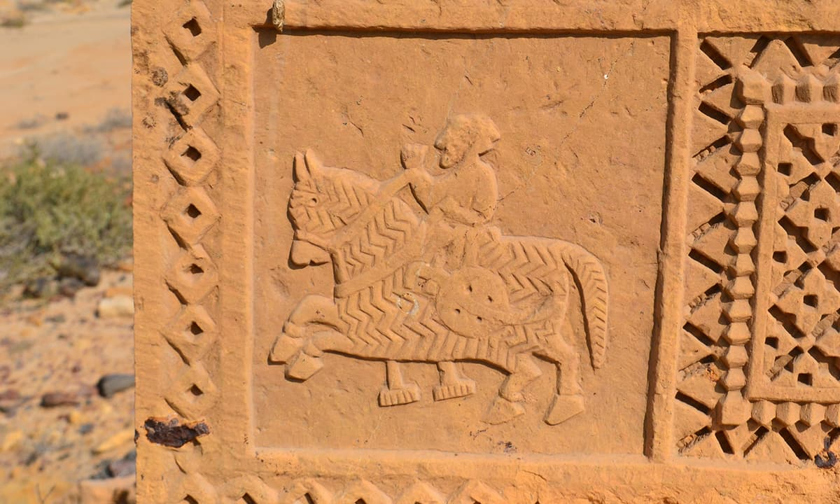 ایک قبر پر موجود قدیم نقش— فوٹو ابوبکر شیخ
