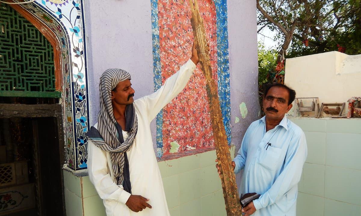 اس مچھلی کا کانٹا جس کے متعلق کہا جاتا ہے کہ شیخ ابو تراب سوار ہو کر سندھ آئے تھے۔— فوٹو ابوبکر شیخ