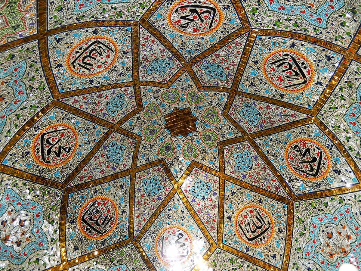 درگاہ کی چھت پر شیشے کا کام کیا گیا ہے— فوٹو ابوبکر شیخ