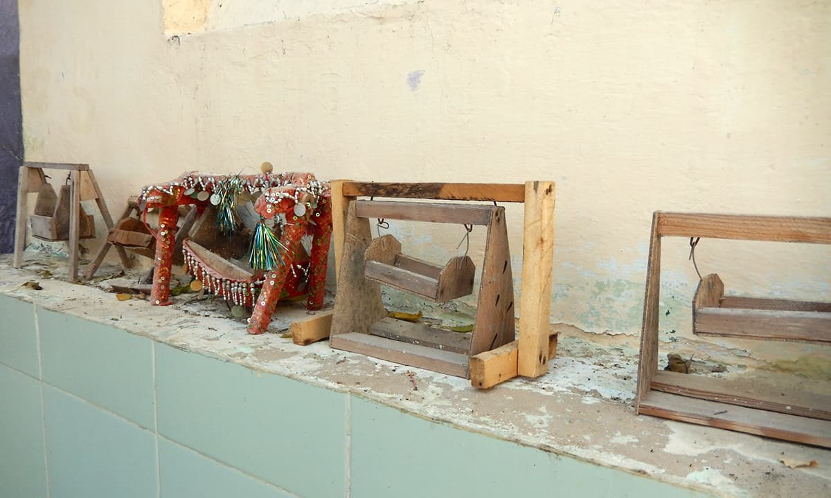 درگاہ میں رکھے ہوئے منت کے جھولے۔— فوٹو ابوبکر شیخ