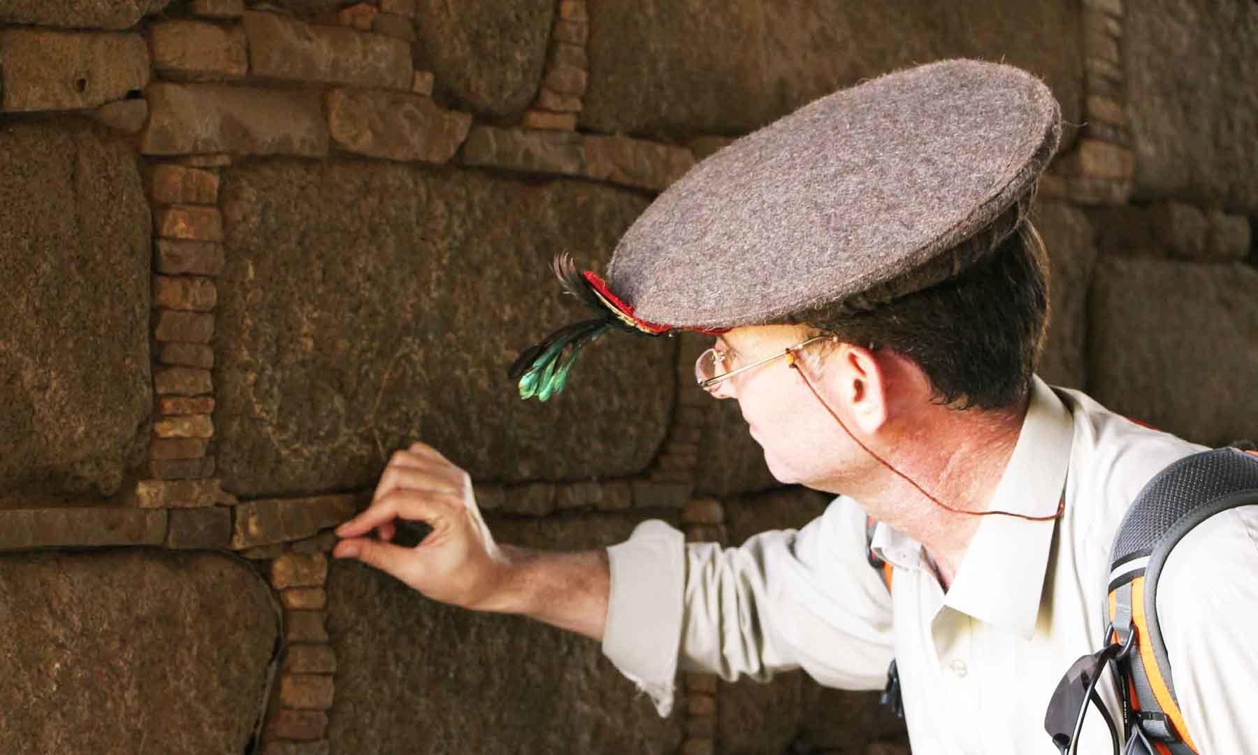 ایک سیاح رانی کے محل کے اندر آثار کا جائزہ لے رہا ہے—تصویر امجد علی سحاب