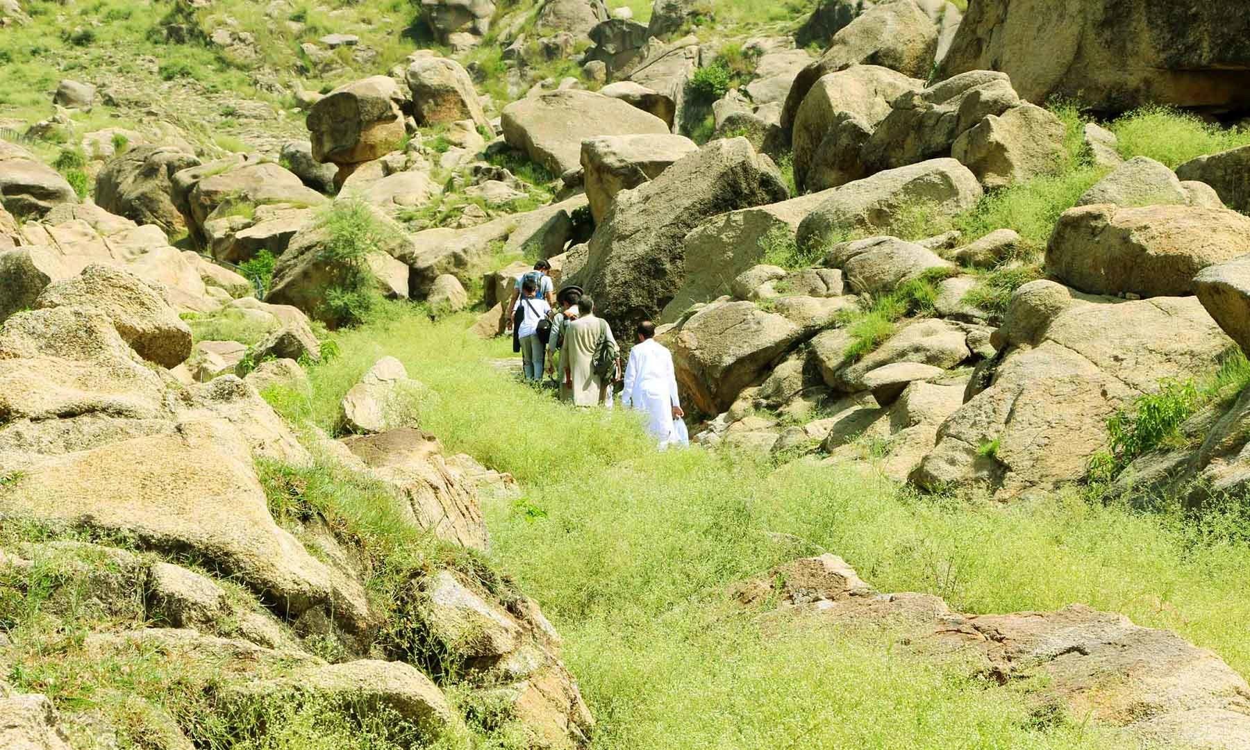 سیاح رانی گٹ آثار دیکھنے پہاڑی پر چڑھ رہے ہیں—امجد علی سحاب