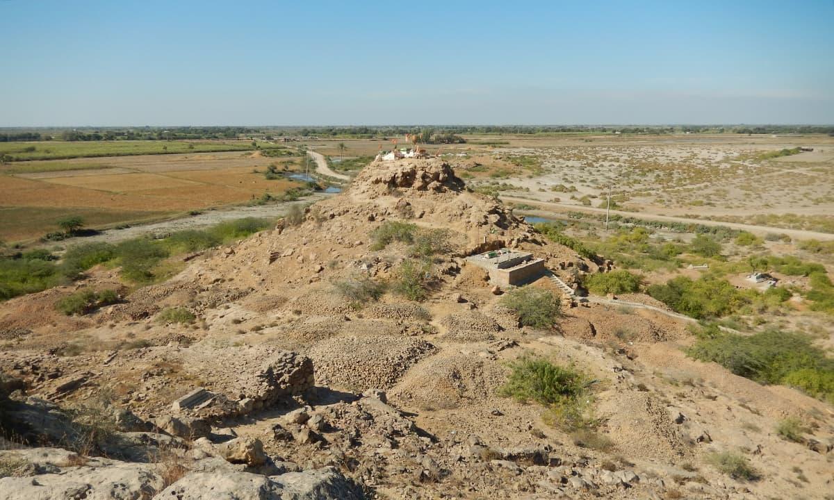 کلوٹا جزیرے پر موجود ابن شاہ کی پہاڑی— فوٹو ابوبکر شیخ