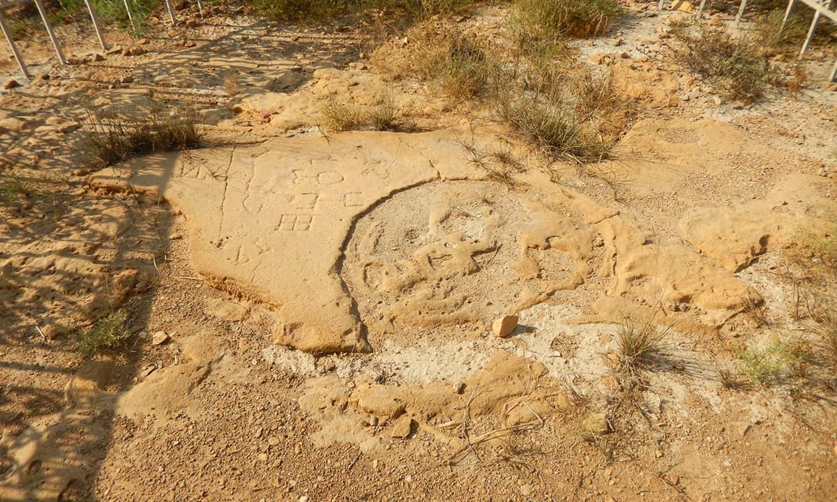 یونانی سپاہیوں کے بنائے گئے نشانات— فوٹو ابوبکر شیخ