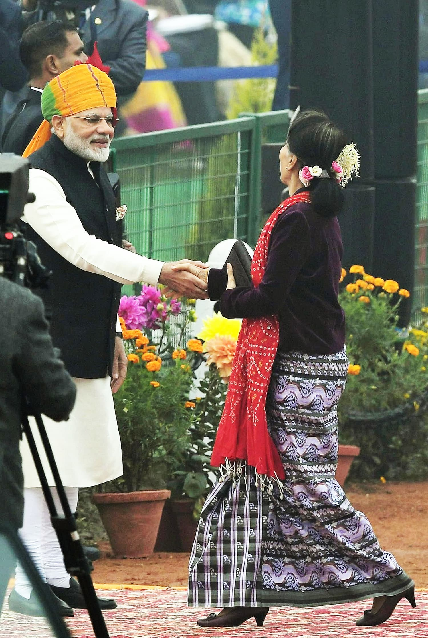 Indian PM Modi welcomes Myanmar's leader Aung San Suu Kyi as she arrives to attend India's 69th Republic Day Parade in New Delhi.—AFP