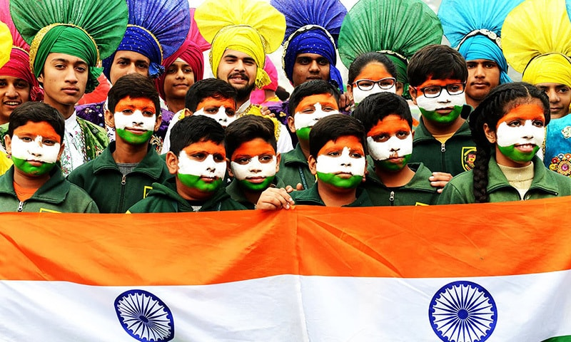 Indian school children pose for a photograph with the national flag during an event to mark Republic Day in Amritsar on January 26,2018. India is marking its 69th Republic Day. / AFP PHOTO / NARINDER NANU — AFP or licensors